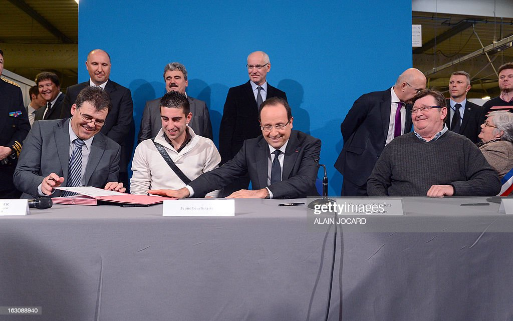 France's President Francois Hollande (C) takes part in a ceremony to sign new apprentice contracts in Blois, on March 4, 2013. AFP PHOTO ALAIN JOCARD