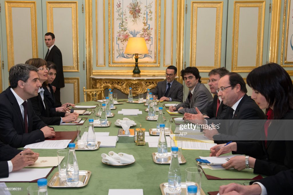 France's President Francois Hollande (2ndR) takes part in a meeting with Bulgaria's President Rosen Plevneliev (L) at the Elysee presidential palace in Paris on January 28, 2013. POOL