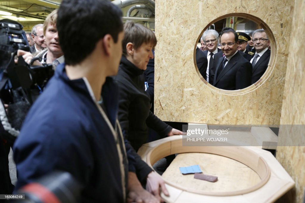 France's President Francois Hollande (2ndR) visits an apprentice training centre in Blois, on March 4, 2013. POOL