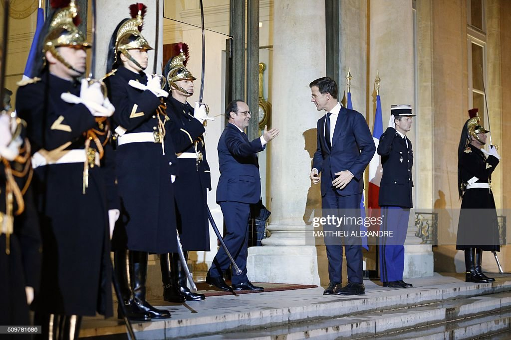 France's President Francois Hollande (L) welcomes Dutch Prime Minister Mark Rutte (R) after he arrives for a diner at the Presidential Elysee Palace on February 12, 2016 in Paris. / AFP / MATTHIEU ALEXANDRE