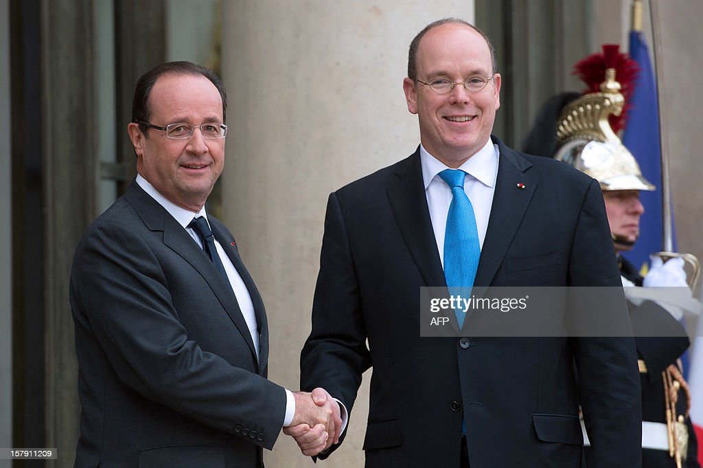 France's President Francois Hollande (L) welcomes Prince Albert II of Monaco before their lunch at the Elysee presidential palace in Paris on December 7, 2012. AFP PHOTO BERTRAND LANGLOIS
