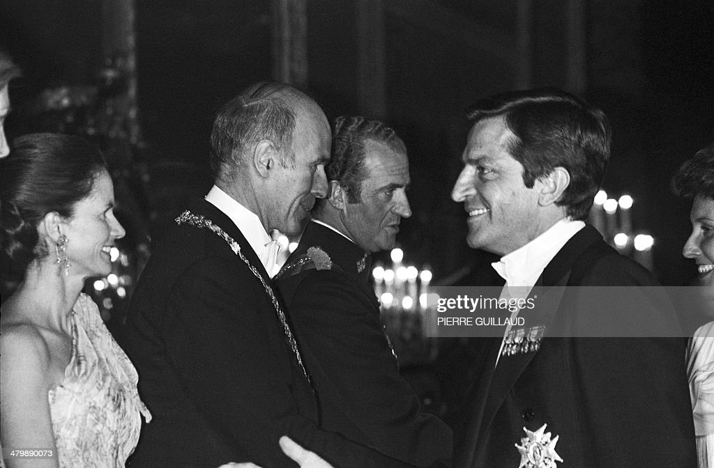 France's President Valery Giscard d'Estaing (2L), his wife Anne-Aymone, Spain's King Juan Carlos (C) and Spain's Prime Minister Adolfo Suarez (R) attend a gala dinner at the Royal Palace in Madrid on June 28, 1978. The former prime minister who led post-Franco Spain to democracy, 81-year-old Adolfo Suarez, is gravely ill in a Madrid hospital and may not survive the weekend, his son said March 21, 2014. Suarez, Spain's first prime minister after the death of General Francisco Franco in 1975, has suffered from Alzheimer's for the past decade.