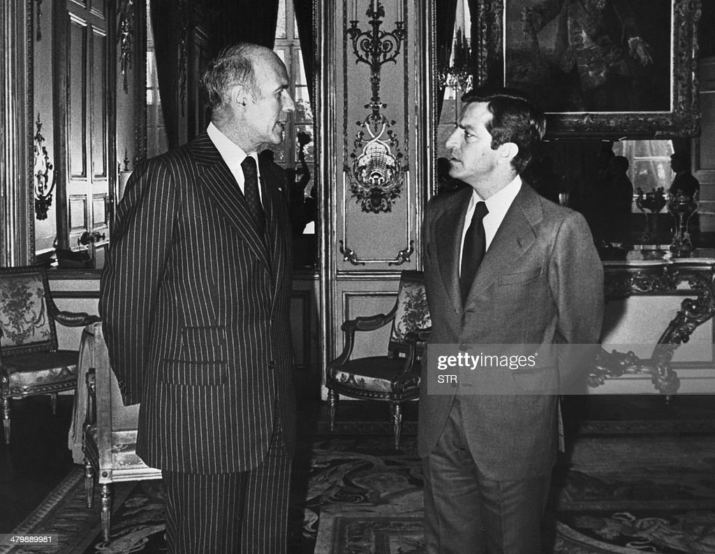 France's President Valery Giscard d'Estaing (L) meets Spain's Prime Minister Adolfo Suarez (R) at the Elysee Palace on August 31, 1977. The former prime minister who led post-Franco Spain to democracy, 81-year-old Adolfo Suarez, is gravely ill in a Madrid hospital and may not survive the weekend, his son said March 21, 2014. Suarez, Spain's first prime minister after the death of General Francisco Franco in 1975, has suffered from Alzheimer's for the past decade.