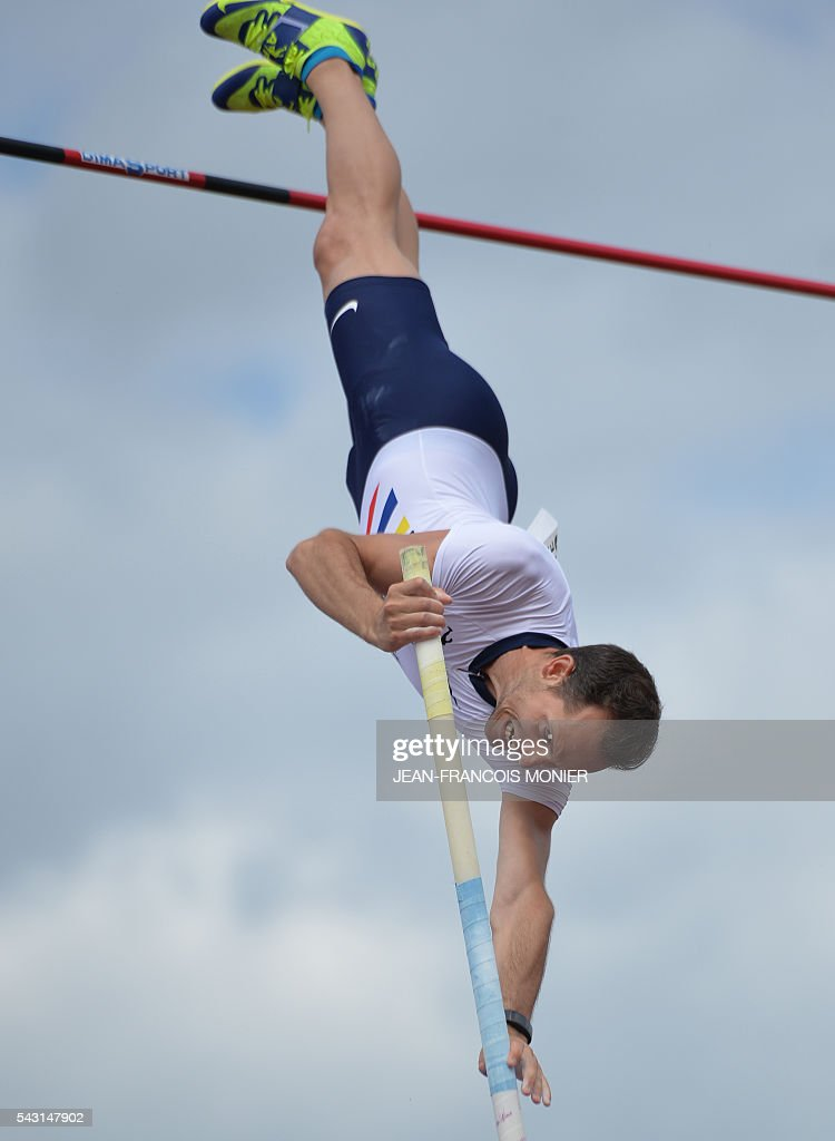 France's Renaud Lavillenie competes in the pole at 5,95m during the men's Pole Vault Final at the French Athletics Elite championships on June 26, 2016 at the Lac de Maine stadium in Angers, western France. / AFP / JEAN