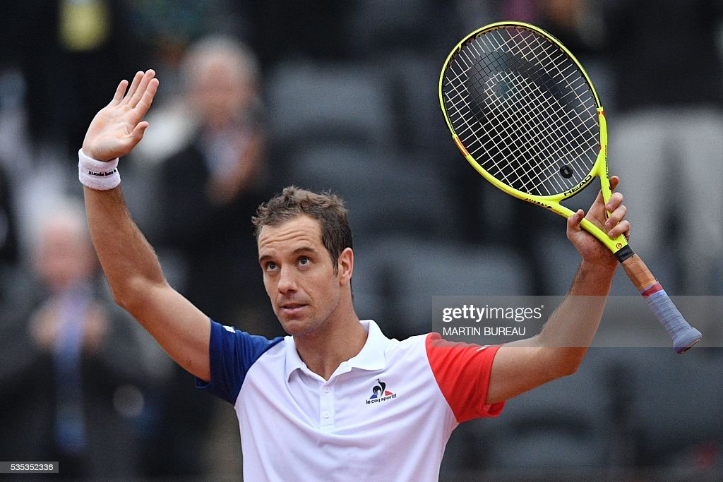 France's Richard Gasquet celebrates after winning his men's fourth round match against Japan's Kei Nishikori at the Roland Garros 2016 French Tennis Open in Paris on May 29, 2016. / AFP / MARTIN