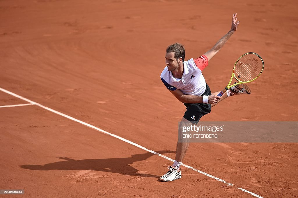 France's Richard Gasquet returns the ball to Australia's Nick Kyrgios during their men's third round match at the Roland Garros 2016 French Tennis Open in Paris on May 27, 2016. / AFP / Eric FEFERBERG