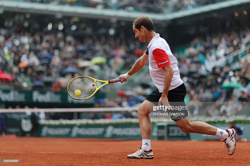 France's Richard Gasquet returns the ball to Japan's Kei Nishikori during their men's fourth round match at the Roland Garros 2016 French Tennis Open in Paris on May 29, 2016. / AFP / Thomas SAMSON