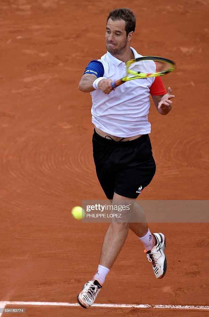 France's Richard Gasquet returns the ball to US player Bjorn Fratangelo during their men's second round match at the Roland Garros 2016 French Tennis Open in Paris on May 25, 2016. / AFP / PHILIPPE