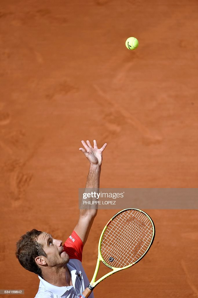 France's Richard Gasquet serves the ball to US player Bjorn Fratangelo during their men's second round match at the Roland Garros 2016 French Tennis Open in Paris on May 25, 2016. / AFP / PHILIPPE