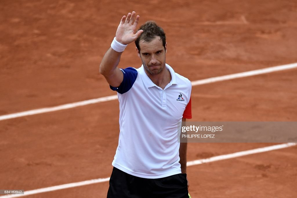 France's Richard Gasquet waves to the crowd after winning his men's second round match against US player Bjorn Fratangelo at the Roland Garros 2016 French Tennis Open in Paris on May 25, 2016. / AFP / PHILIPPE
