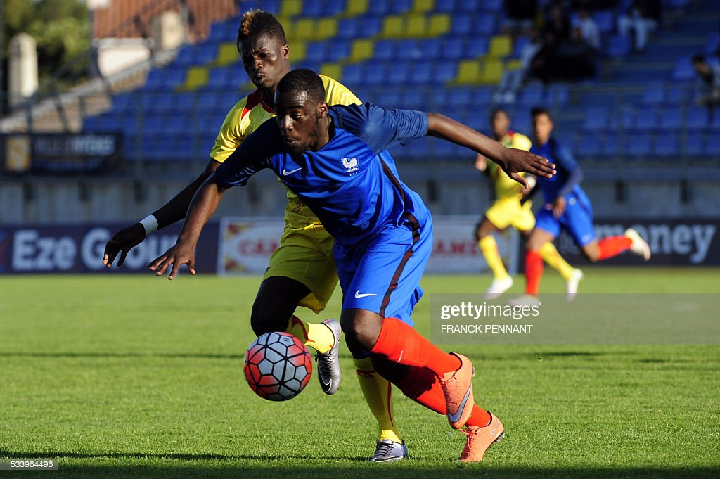 France's Roli Peirera de Sa (R) vies with Mali's Falaye Sacko during the Under 21 international football match betwen France and Mali at the Perruc stadium in Hyeres, southern France on May 24, 2016, as part of the Toulon Hopefuls' Tournament. / AFP / Franck PENNANT