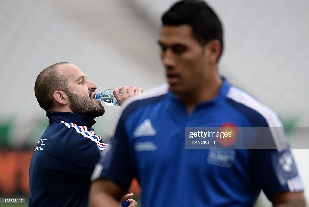 France's rugby union national team fly half Frederic Michalak (L) drinks next to France's lock Sebastien Vahaamahina during the team's training session, on March 15, 2013 at the Stade de France in Saint-Denis, north of Paris, on the eve of the rugby union 6 Nations tournament match against Scotland.