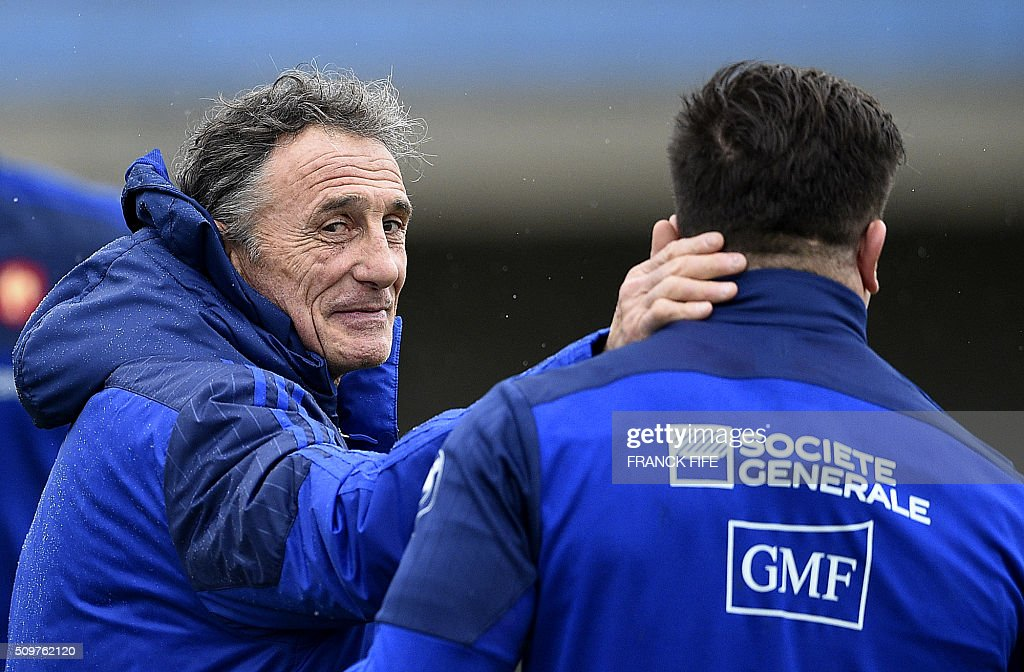 France's rugby union national team head coach Guy Noves (L) speaks with France's hooker Camille Chat during a training session in Marcoussis, south of Paris on February 12, 2016 on the eve of their Rugby Union 6 Nations match against Ireland. / AFP / FRANCK FIFE