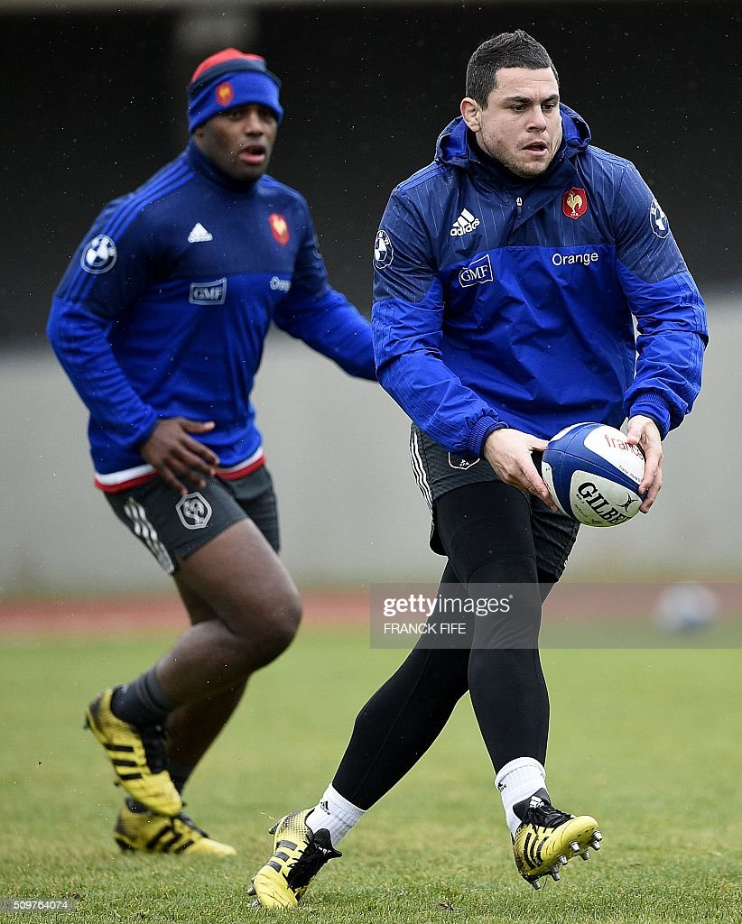 France's rugby union national team hooker and captain Guilhem Guirado (R) runs with the ball during a training session in Marcoussis, south of Paris, on February 12, 2016 on the eve of their Rugby Union 6 Nations match against Ireland. / AFP / FRANCK FIFE