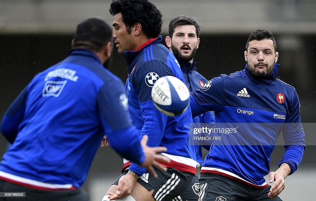 France's rugby union national team N°8 Damien Chouly (R) takes part in a training session in Marcoussis, south of Paris, on February 12, 2016 on the eve of their Rugby Union 6 Nations match against Ireland. / AFP / FRANCK FIFE