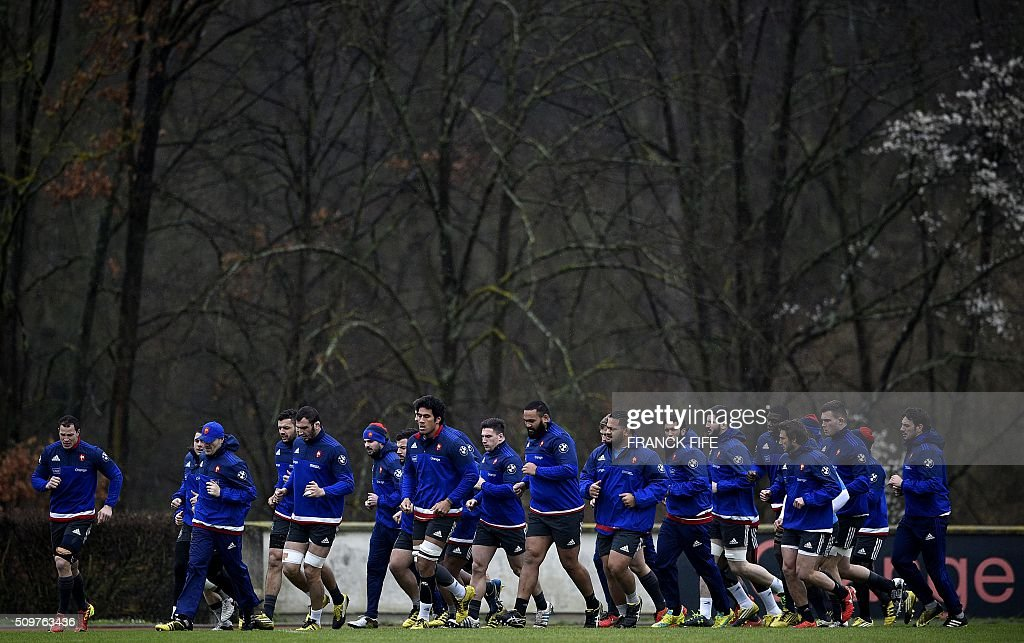 France's rugby union national team players run during a training session in Marcoussis, south of Paris, on February 12, 2016 on the eve of their Rugby Union 6 Nations match against Ireland. / AFP / FRANCK FIFE
