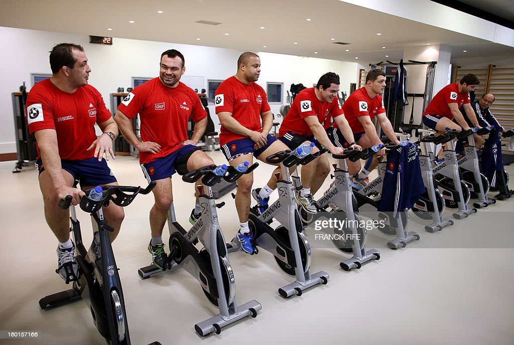 France's rugby union national team players take part in an indoor training session, on January 27, 2013 in Marcoussis, south of Paris, as part of the preparation of the Six Nations rugby tournament. France will play Italy in their 2013 six nations' rugby match on February 3, 2013. AFP PHOTO / FRANCK FIFE