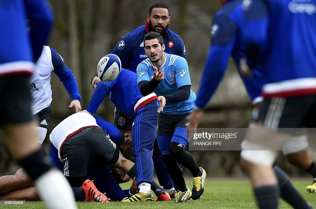 Frances scrum half Sebastien Bezy (C) passes the ball during a training session in Marcoussis, south of Paris, on February 9, 2016, ahead of the Six Nations international rugby union match between France and Irland. / AFP / FRANCK FIFE