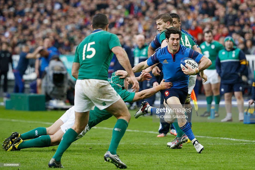 France's scrum-half Maxime Machenaud (R) evades a tackle during the Six Nations international rugby union match between France and Ireland at the Stade de France Stadium in Saint-Denis, north of Paris, on February 13, 2016. AFP PHOTO / THOMAS SAMSON / AFP / THOMAS SAMSON