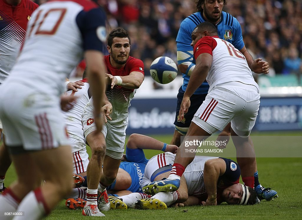 France's scrum-half Sebastien Bezy (C) passes the ball during the Six Nations international rugby union match between France and Italy at the Stade de France in Saint-Denis, north of Paris, on February 6, 2016. AFP PHOTO / THOMAS SAMSON / AFP / THOMAS SAMSON