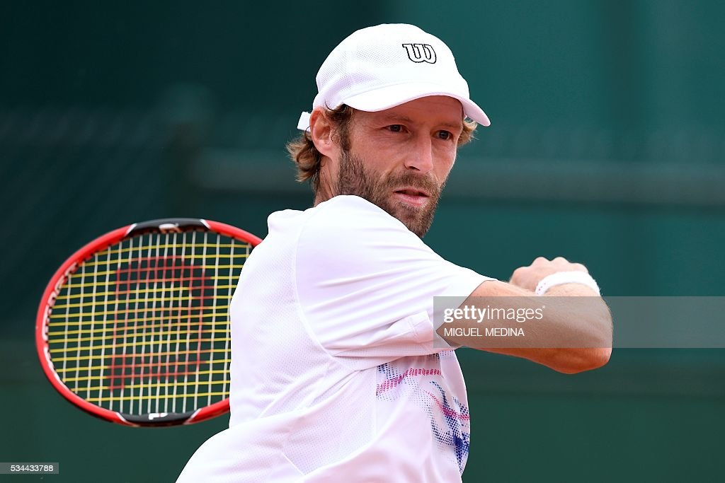 France's Stephane Robert returns the ball to Germany's Alexander Zverev during their men's second round match at the Roland Garros 2016 French Tennis Open in Paris on May 26, 2016. / AFP / MIGUEL