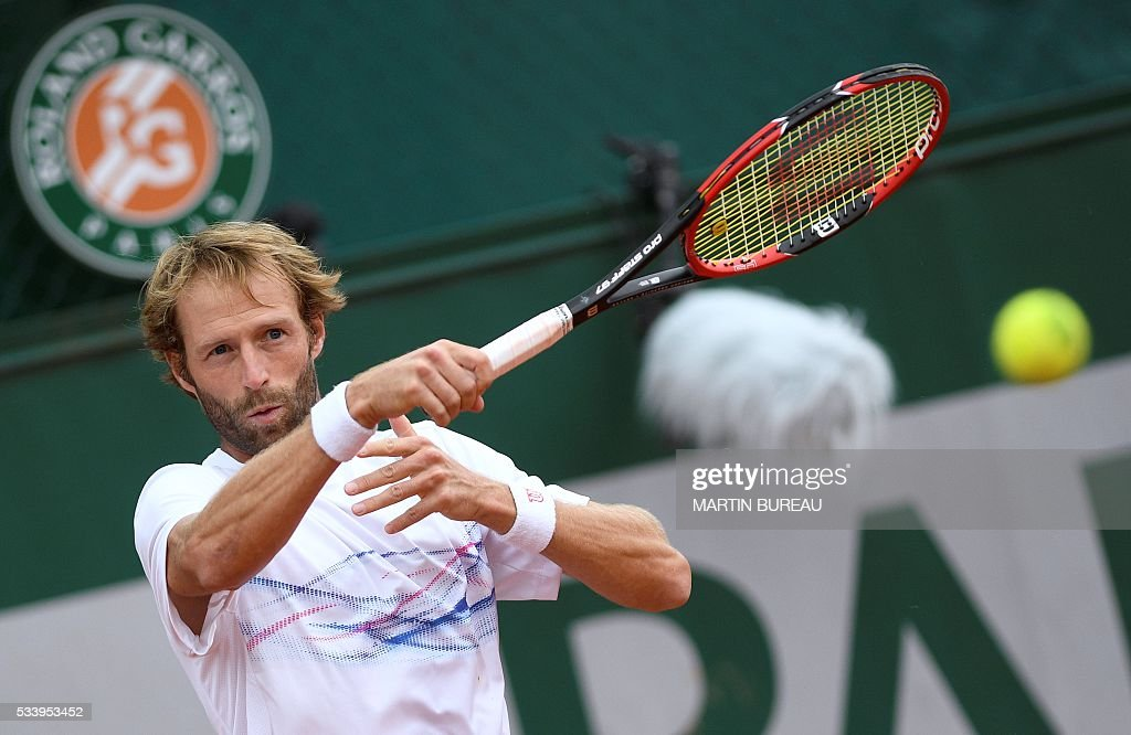France's Stephane Robert returns the ball to South Africa's Kevin Anderson during their men's first round match at the Roland Garros 2016 French Tennis Open in Paris on May 24, 2016. / AFP / MARTIN