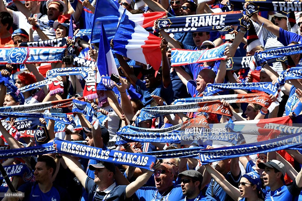 France's supporters cheer ahead the Euro 2016 round of 16 football match between France and Republic of Ireland at the Parc Olympique Lyonnais stadium in Décines-Charpieu, near Lyon, on June 26, 2016. / AFP / PHILIPPE