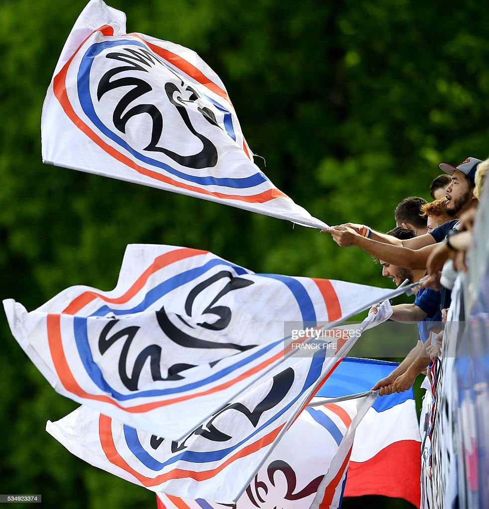 France's supporters cheers during a training session in Clairefontaine en Yvelines on May 28, 2016, as part of the team's preparation for the upcoming Euro 2016 European football championships. / AFP / FRANCK