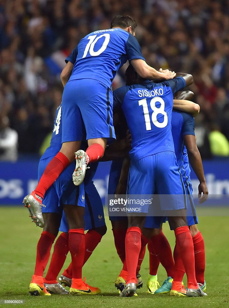 France's team celebrates after their forward Dimitri Payet's goal during the International friendly football match between France and Cameroon at the Beaujoire stadium, in Nantes, western France, on May 30, 2016 as part of the French team's preparation for the upcoming Euro 2016 European football championships. / AFP / LOIC