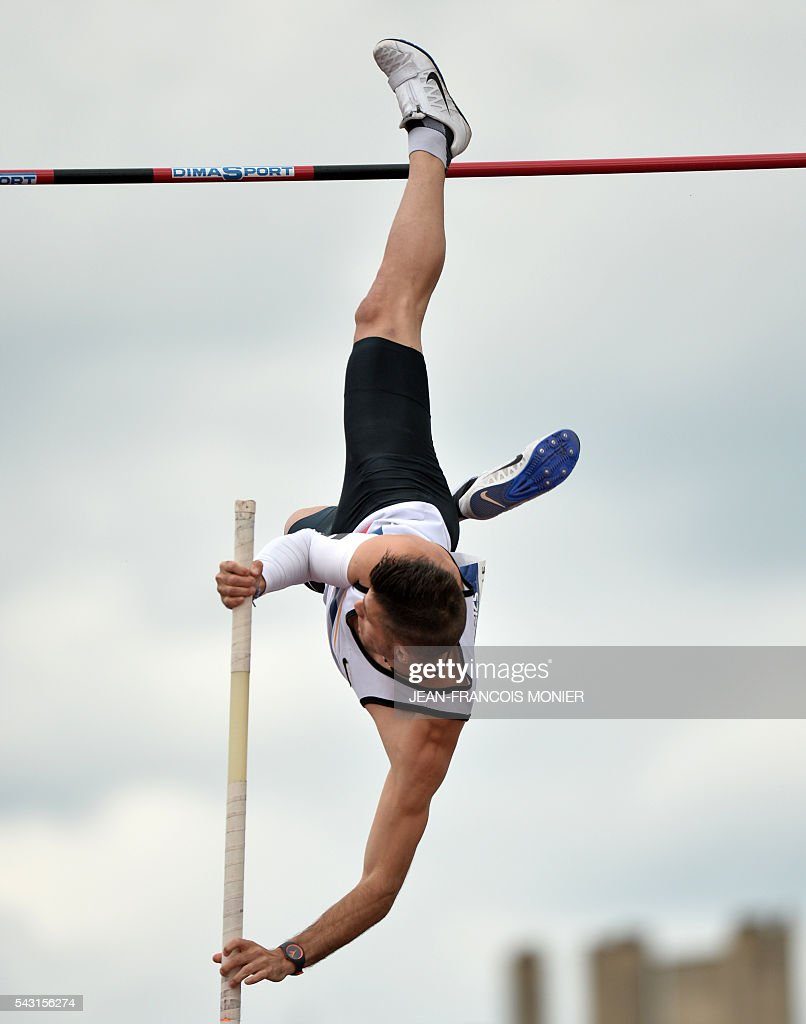 France's Valentin Lavillenie competes during Men's Pole Vault Final at the French Athletics Elite championships on June 26, 2016 at the Lac de Maine stadium in Angers, western France. / AFP / JEAN