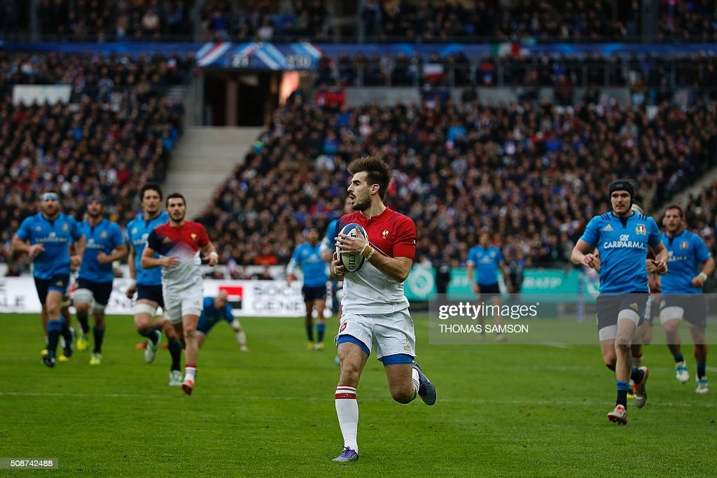 France's wing Hugo Bonneval (C) runs with the ball during the Six Nations international rugby union match between France and Italy at the Stade de France in Saint-Denis, north of Paris, on February 6, 2016. AFP PHOTO / THOMAS SAMSON / AFP / THOMAS SAMSON