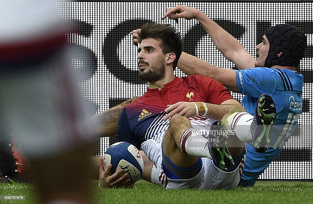 France's wing Hugo Bonneval (L) scores a try during the Six Nations international rugby union match between France and Italy at the Stade de France in Saint-Denis, north of Paris, on February 6, 2016. AFP PHOTO / FRANCK FIFE / AFP / FRANCK FIFE