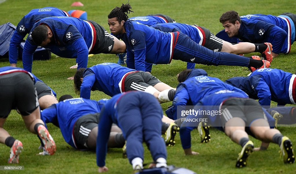 Frances wing Teddy Thomas (C, up) and teammates attend a training session in Marcoussis, south of Paris, on February 9, 2016, ahead of the Six Nations international rugby union match between France and Irland. / AFP / FRANCK FIFE