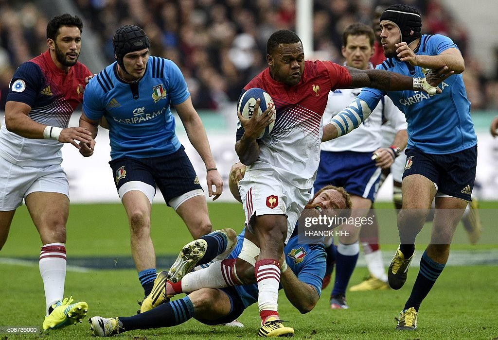 France's wing Virimi Vakatawa (C) runs to evade Italy's scrum-half Edoardo Gori (R) and Italy's centre Gonzalo Garcia (2nd R) during the Six Nations international rugby union match between France and Italy at the Stade de France in Saint-Denis, north of Paris, on February 6, 2016. AFP PHOTO / FRANCK FIFE / AFP / FRANCK FIFE