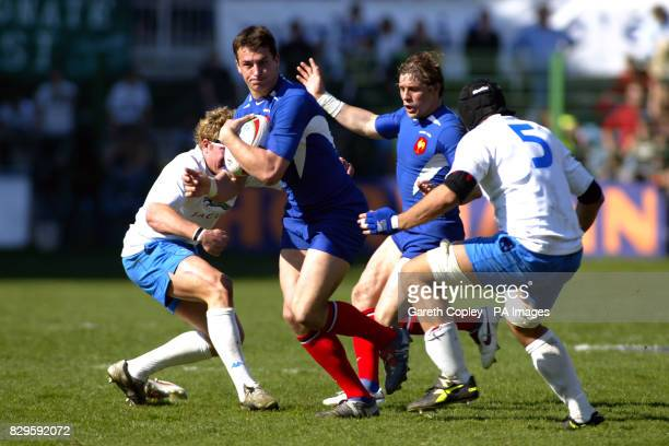 France's Yannick Jauzion in action with Italy's Sergio Parisse and Marco Bortolami