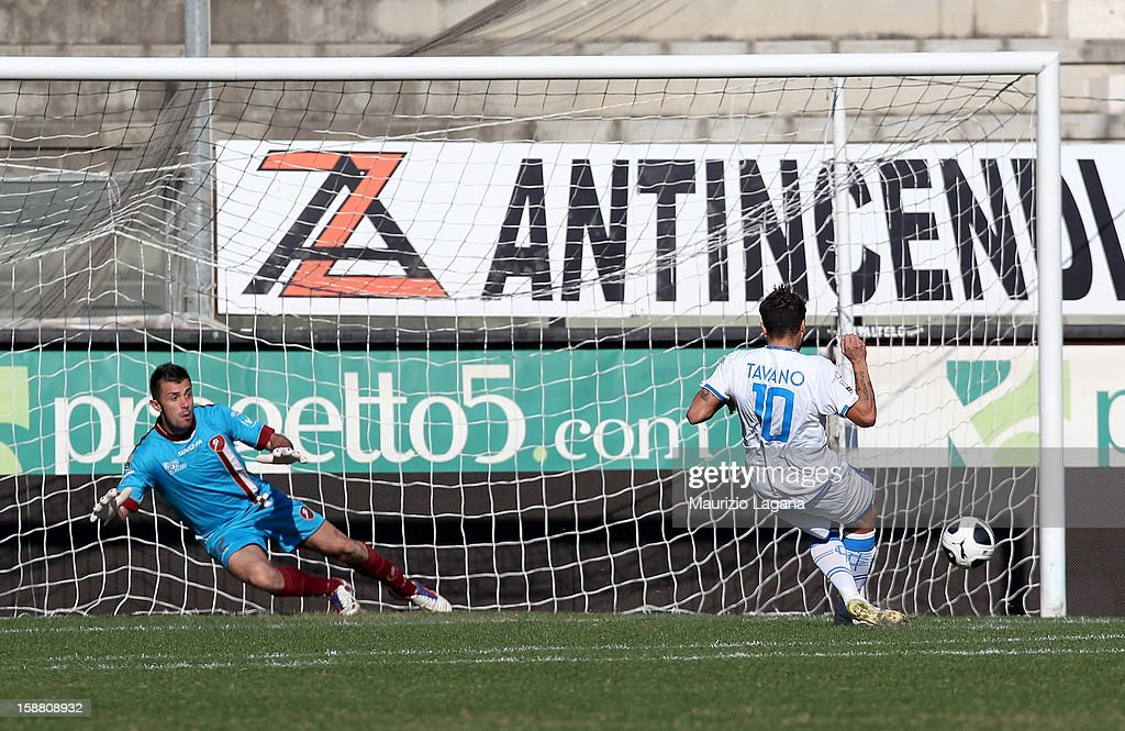 Francesco Tavano of Empoli scores his team's opening goal with penalty during the Serie A match between Reggina Calcio and Empoli FC at Stadio Oreste Granillo on December 30, 2012 in Reggio Calabria, Italy.