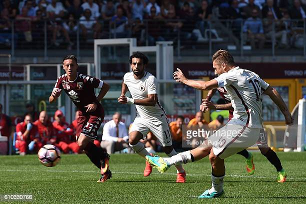 Francesco Totti 0f Roma scores a penalty during the Serie A match between FC Torino and AS Roma at Stadio Olimpico di Torino on September 25 2016 in...
