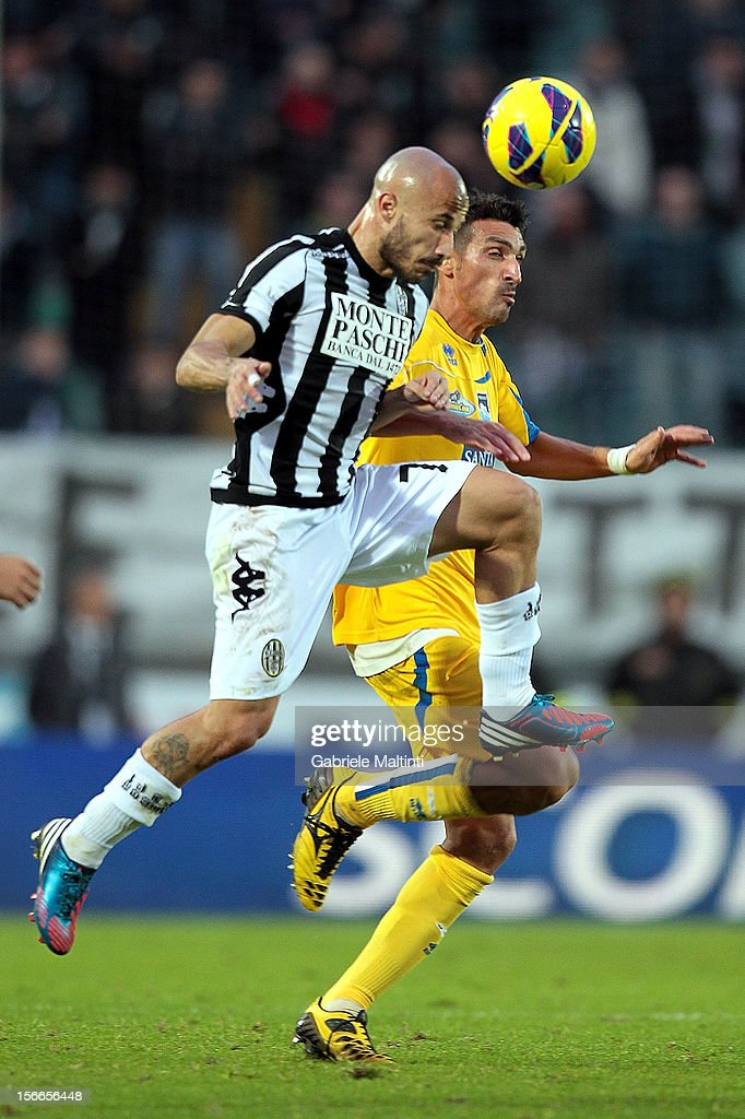 Francesco Valiani of AC Siena fights for the ball with Emmanuel Cascione of Pescara during the Serie A match between AC Siena and Pescara at Stadio Artemio Franchi on November 18, 2012 in Siena, Italy.