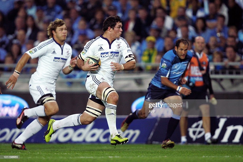Francious Louw(C) of the Stormers makes a break whilst Fourie du Preez(R) of the Bulls gives chase on May 29, 2010 during the Super14 Final match between Bulls and Stormers at Soweto's Orlando stadium in Johannesburg, South Africa.