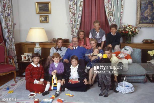 Francis Bouygues en compagnie de sa femme et de leurs petitsenfants chez eux le 7 mars 1987 France