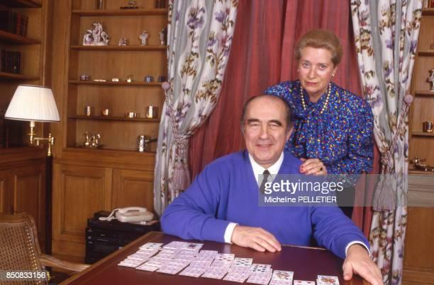Francis Bouygues et sa femme chez eux à Paris le 1er mars 1987 France