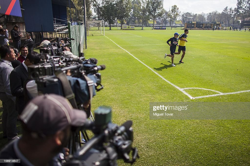 Franciscio Javier Rodriguez warms up during his presentation as a new player of America Futbol Club on January 03, 2012 in Mexico City, Mexico.