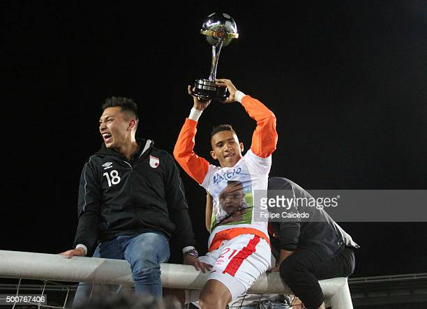 Francisco Meza of Independiente Santa Fe celebrates with the trophy after winning a final match between Independiente Santa Fe and Huracan at Nemesio...
