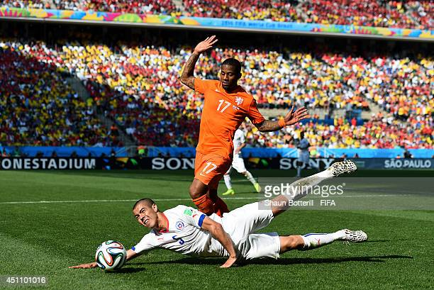 Francisco Silva of Chile and Jeremain Lens of the Netherlands compete for the ball during the 2014 FIFA World Cup Brazil Group B match between...