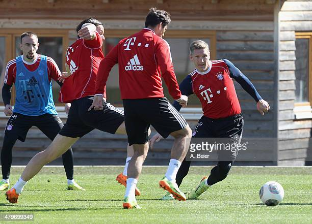 Franck Ribery Daniel van Buyten Claudio Pizarro and Bastian Schweinsteiger of Bayern Muenchen warm up during a training session at the Bayern...