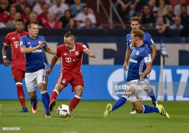 Franck Ribery im Zweikampf mit Yehen Konoplyanka und Benedikt Hoewedes waehrend dem Fussball Bundesliga Spiel Schalke 04 gegen FC Bayern Muenchen am...