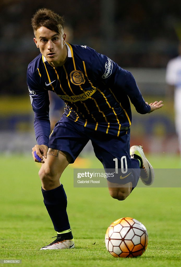 Franco Cervi of Rosario Central drives the ball during a second leg match between Rosario Central and Gremio as part of Copa Bridgestone Libertadores 2016 as part of round of 16 of Copa Bridgestone Libertadores 2016 at Gigante de Arroyito Stadium on May 05, 2016 in Rosario, Argentina.