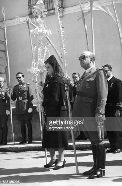 Franco et sa femme assistent à la procession de la Semaine Sainte dans la cour du Pardo en Espagne