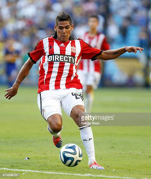 Franco Jara of Estudiantes drives the ball during a match between Boca Juniors and Estudiantes as part of forth round of Torneo Final 2014 at Estadio...