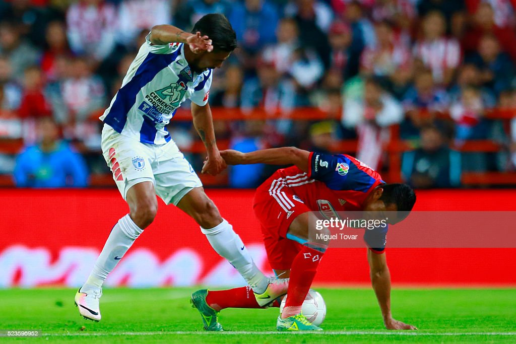 Franco Jara of Pachuca (L) fights for the ball with Edwin Hernandez of Chivas (R) during the 15th round match between Pachuca and Chivas as part of the Clausura 2016 Liga MX at Hidalgo Stadium on April 23, 2016 in Pachuca, Mexico.